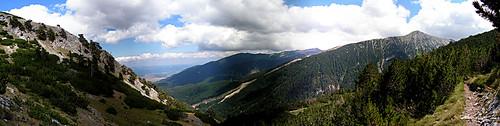 Гледка по пътя от хижа Бъндерица към Вихрен. Горе вдясно е връх Тодорка.