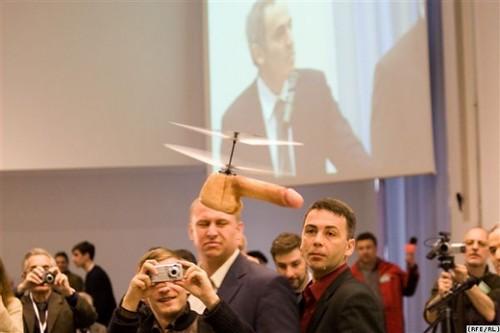 Vliegende penis op persconferentie Gary Kasparov