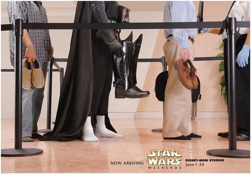 Eres Darth Vader, y te tienes que quitar las botas para la revisión de rutina... lo se, al calcetín blanco no combina, pero ni modo de que te rías de quien te puede asfixiar a varios metros de distancia... Nunca substimes el poder del lado oscuro