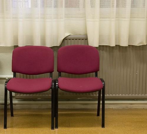 par de sillas con cortina 15x13