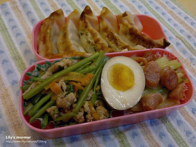 又是懶得煮飯的一天,加上冰箱的市售冷凍水餃也放太久,乾脆煎一煎當成煎餃算了。配菜是肉末炒空心菜、嘟嘟好香腸炒芹菜,以及半顆溏心蛋。