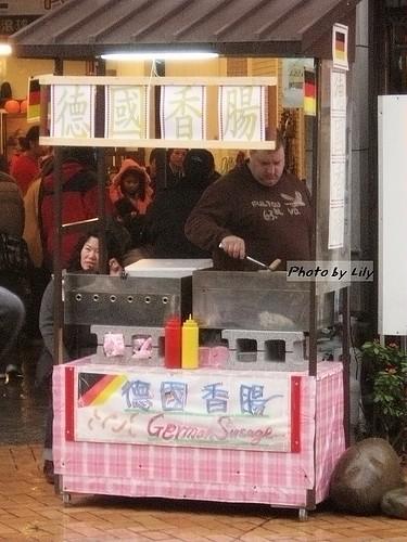 鶯歌老街賣德國香腸的老外。