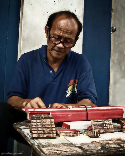 Cubao Manila rubberstamp maker sidewalk street city Buhay Pinoy Philippines Filipino Pilipino  people pictures photos life Philippinen  菲律宾  菲律賓  필리핀(공화�)