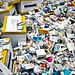 """Dépôt de boîtes de médicaments vides devant le ministère de la santé en protestation contre les franchises """"médicales"""" de Roselyne Bachelot-Narquin (Act Up-Paris)"""