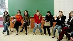 Mães assistindo a apresentação de seus filhos - C