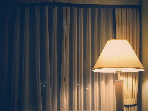 은은한 조명의 호텔 방안 사진