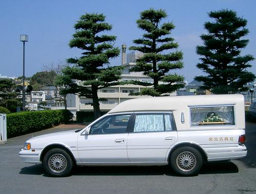 Coche fúnebre en la catedral de Urakami