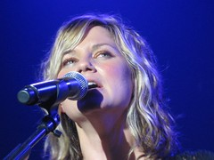 Jennifer Nettles up close