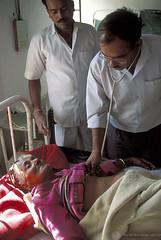 Médicos trabalham por amor a profissão