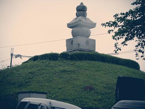 커다란 크기의 무덤. 풀이 많이 자라 있다.