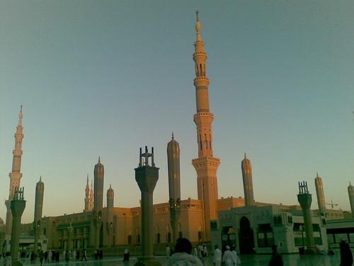 Bahagian Masjid Nabawi, Madinah. Gambar diambil ketika nak masuk waktu Maghrib.