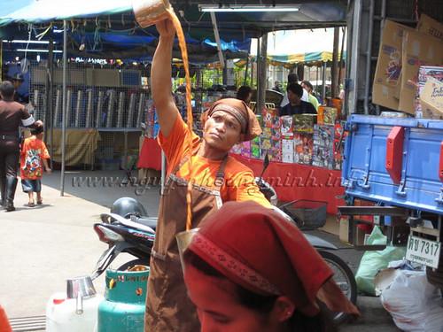Biểu diễn pha trà Thái tại chợ Patuchak