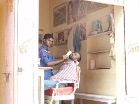 Barbero en la India en plena faena