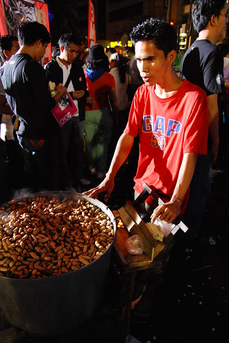 Pinoy Filipino Pilipino Buhay  people pictures photos life Philippinen  菲律宾  菲律賓  필리핀(공화�) Philippines Makati, Metro Manila peanut vendor peddler city