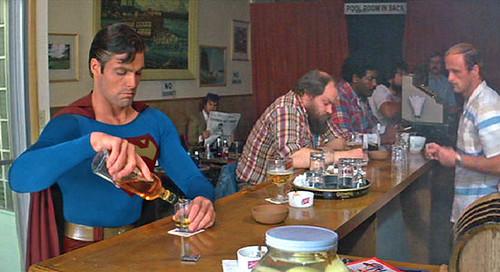 Superman bebiendo alcohol