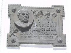 La ville est remplie de plaques en l'honneur de l'enfant du pays, Sarmiento.