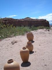 les pots en terre cuite tout droits sortis des fours aussi en terre cuite. beaucoup d'artisants locaux proposent de jolies choses sur le bord de la quebrada