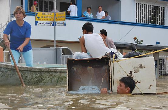 Habitantes de las colonias más afectadas de Villahermosa, Tabasco, intentan rescatar un poco de su patrimonio y trasladarse a diferentes puntos