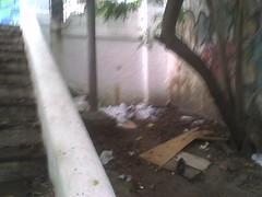 Lixo e pichações fazem parte da paisagem