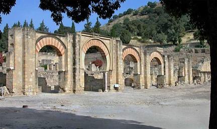 Portico y calle en rampa Medina Azahara TA