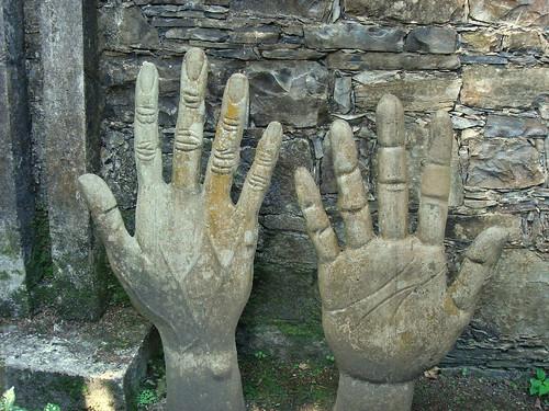 Manos esculpidas en Las Pozas, México