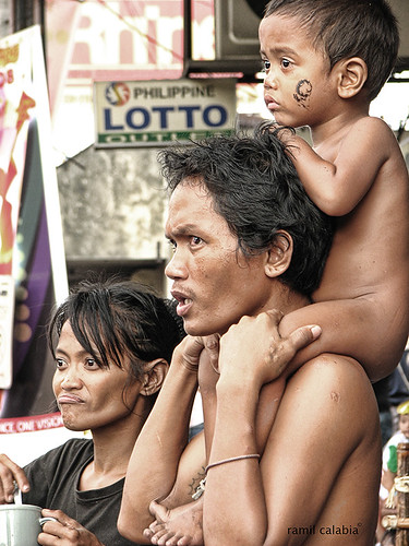 father carries son on his shoulder watching Sinulog parade cebu Pinoy Filipino Pilipino Buhay  people pictures photos life Philippinen tradition culture traditional 菲律宾  菲律賓  필리핀(공화�) Philippines festivities