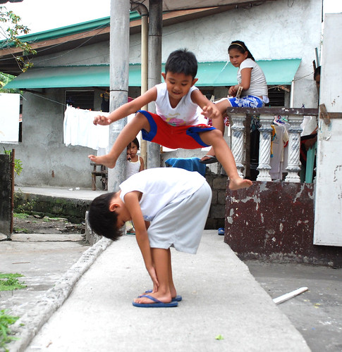 luksong baka,  a traditional street children's game  Philippines Buhay Pinoy  Filipino Pilipino  people pictures photos life Philippinen