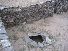 Un ancien puit indien. J'ai regardé dedans: il y a toujours de l'eau!