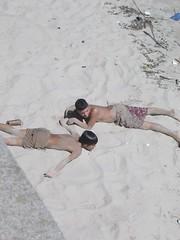 Il faisait si beau en ce dimanche que nous avons fait une pause sur la costanera. Les deux gamins prennent la pose de ce qu'on apelle ici les milanesas (= faire le poisson pané)