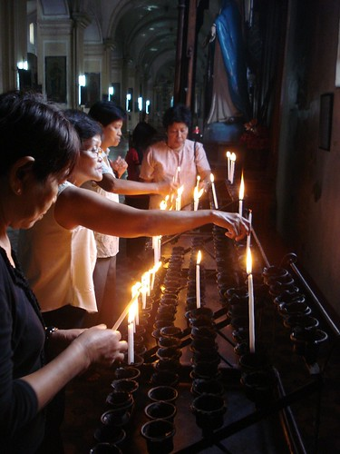 Philippinen  菲律宾  菲律賓  필리핀(공화�) Pinoy Filipino Pilipino Buhay  people pictures photos life Philippines, rural, traditional, woman candle church religion faith vigan