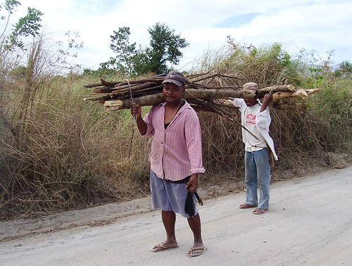 men carrying gathered firewood in San Marcelino, Zambales gathering rural scene Pinoy Filipino Pilipino Buhay  people pictures photos life Philippinen  菲律宾  菲律賓  필리핀(공화�) Philippines road