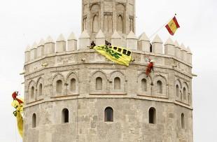 Diez activistas de Greenpeace detenidos por una protesta en la Torre del Oro