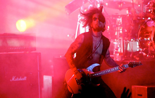 20090609 - Jane's Addiction - Dave Navarro (playing guitar) - (by Elizabeth Bouras) - 3615980208_2ae3e663e7_o