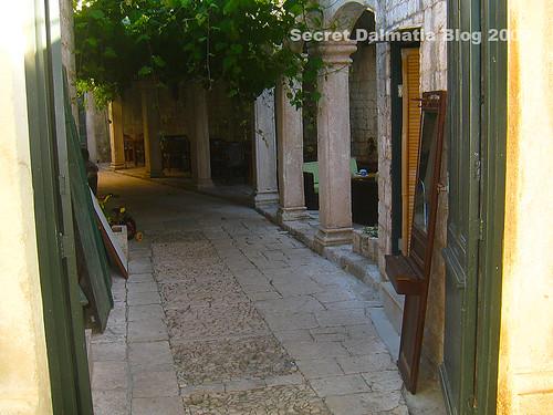 Entrance to Lambik