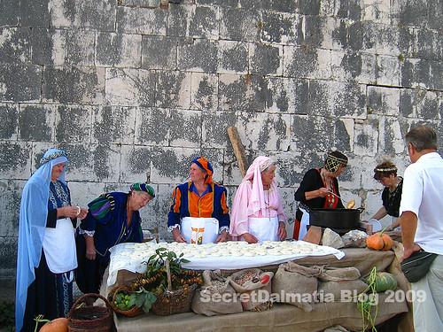 Ladies from Pakostane frying picipaje
