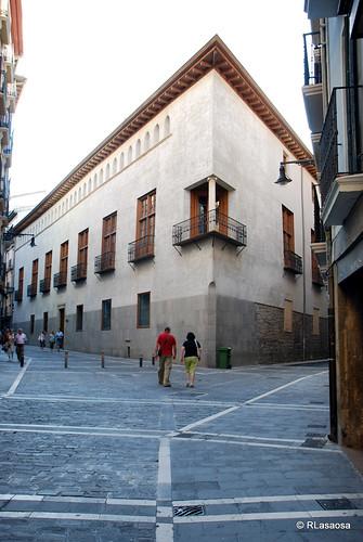 Vista del Palacio del Condestable desde la calle San Saturnino, confluencia de la calle Mayor con Jarauta, es el único palacio del siglo XVI que hay en Pamplona.