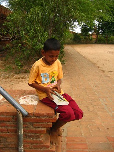 เราชอบเด็กคนนี้ที่สุด พอไปถึงเจดีย์ชเวซานดอว์ เราก็หยิบหนังสือภาษาไทยของเรามาอ่าน เด็กพวกนี้ก็มารุมดู แล้วก็เล่นสปอตไดแอกกันใหญ่เรย (spot diagnosis แค่เห็นคนไข้ปุ๊บก็รู้เลยว่าเป็นโรคอะไร) คือ อ่านไม่ออก แต่บอกได้ว่าเจดีย์นี้คือเจดีย์อะไร เด็กคนนี้ตอบได้เจื้อยแจ้วที่สุด พอเราเลิกอ่าน ก็มาขอหนังสือเราไปนั่งดู