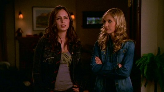 Eliza Dushku & Sarah Michelle Gellar as Faith Lehane & Buffy Summers in Buffy the Vampire Slayer.
