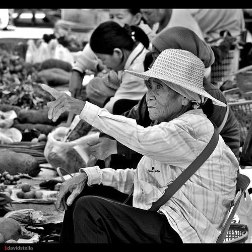 old lady sells vegetables at tamu Kinarut