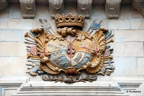 Escudo situado en la fachada del Palacio de Guenduláin, en la Calle Zapatería, frente a la Plaza del Consejo