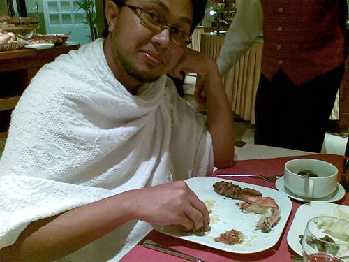 Menikmati hidangan makan malam selepas selesai melakukan ibadah Umrah.