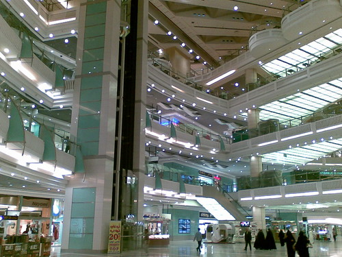 Bahagian dalam Zam Zam shopping complex.