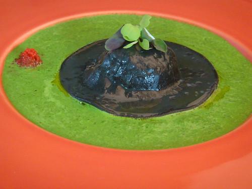 CARLOS YANGUAS ravioli negro  con crema de chontaduro