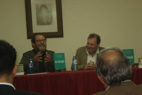 Chesús Yuste y David Clark, presentando 'La mirada del bosque' en Santiago