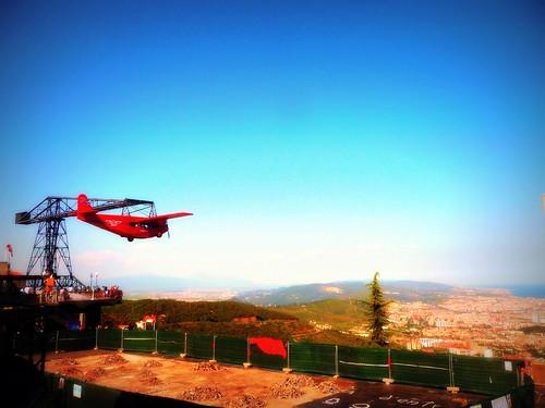 Avión rojo que cuida la ciudad...