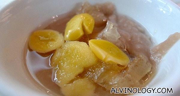 玻璃芋泥 - Tradition Teochew orh-ni dessert, complete with a silver of pig's fat, definitely not for health nuts