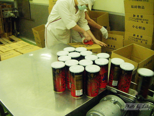 肉鬆裝罐完成進行封箱。