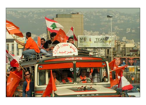 Des bus remplis à craquer arrivent des quatre coins du pays pour se rendre au rassemblement du groupe politique « Tayyar », qui fête en ce 7 mai 2006  le premier anniversaire du retour d'exil de son leader Michel Aoun. (7 mai 2006)