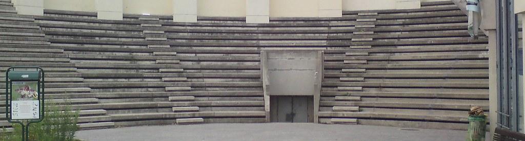 Un amphithéâtre, près de la Maison de lAir