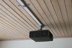 Projektorn i taket, check. Sladdar i taket... äsch